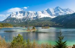 Zugspitze et lac Eibsee Images stock