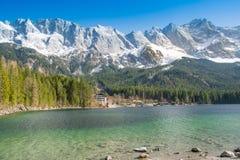 Zugspitze et lac Eibsee Photo libre de droits