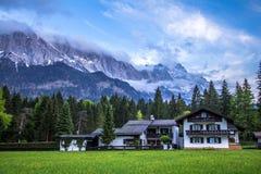 Zugspitze fjällängar. Royaltyfri Foto