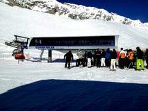 Zugspitze, Germania -21 febbraio 2012: Ascensore di sci aspettante della gente di montagne della neve delle alpi durante la festa Fotografie Stock Libere da Diritti