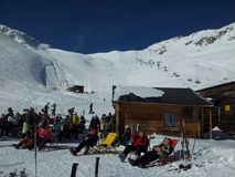 Zugspitze, Germania -21 febbraio 2012: Montagne della neve delle alpi che relexing in sole alla capanna durante la festa dello sn Fotografia Stock Libera da Diritti