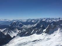 Zugspitze i Tysklandpanoramasikt i sommar Berg beskådar Panoramaberg och snö med blå himmel i sommar Fotografering för Bildbyråer