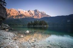 Zugspitze no Eibsee fotografia de stock royalty free