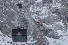 Zugspitze, teleférico de Alemanha sobre a paisagem nevado Fotos de Stock Royalty Free