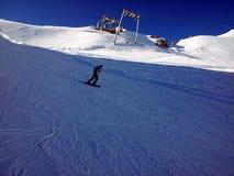 Zugspitze uno snowboard della persona nell'area in alpi all'inverno, Germania Fotografie Stock Libere da Diritti