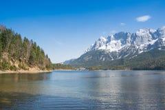 Zugspitze y lago Eibsee Fotos de archivo libres de regalías