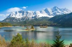 Zugspitze y lago Eibsee Imagenes de archivo