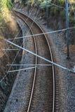 Zugspuren vor Bahnhof lizenzfreies stockfoto