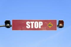 Zugzeichen und Warnlicht Stockbild