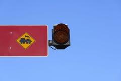 Zugzeichen und Warnlicht Stockfoto