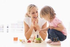 Zuhause Mutter und Tochter spielen stockfotos
