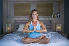 Zuhause Porträt des schönen und geeigneten gesunden übenden Yoga der Frau 30s, bei der Bettaufstellung ruhig und des entspannten  Lizenzfreie Stockbilder