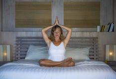 Zuhause Porträt des schönen und geeigneten gesunden übenden Yoga der Frau 30s, bei der Bettaufstellung ruhig und des entspannten  Lizenzfreie Stockfotografie