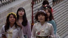 ZUID-KOREA - MEI 29, 2018: Mensen die in Traditioneel Koreaans Kostuum Hanbok bij het Traditionele Volksdorp van Bukchon binnen l stock video