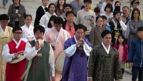 ZUID-KOREA - MEI 29, 2018: Mensen die in Traditioneel Koreaans Kostuum Hanbok lopen stock footage