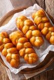 Zuidafrikaans dessert Koeksisters kleverige gebraden doughnut met een fra stock afbeeldingen