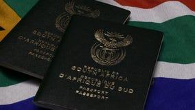 Zuidafrikaans paspoort op SA-vlag stock videobeelden