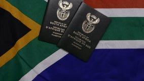 Zuidafrikaans paspoort op SA-vlag stock video