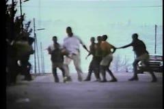 Zuidafrikaanse kinderen die bal in de straat spelen stock footage