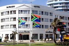 Zuidafrikaanse Vlaggen die bij helft-Mast vliegen Royalty-vrije Stock Foto