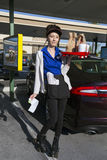 Zuidelijk Californië, de V.S., 12 April, 2015, Autohop, Serveerster op rollerskates Royalty-vrije Stock Afbeelding
