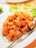 Zuidelijk Thais voedsel: Gebraden varkensvleesbuik met vissensaus royalty-vrije stock foto's