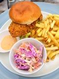Zuidelijke gebraden kippenhamburger in bap royalty-vrije stock afbeeldingen