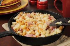 Zuidelijke stijlgebakken aardappelen en ham stock foto's