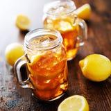 Zuidelijke zoete thee in een rustieke kruik Stock Afbeeldingen
