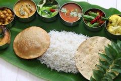 Zuiden Indische die maaltijd op banaanblad wordt gediend Stock Foto
