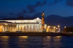 Zuiden Rostral kolom en Beurs de nacht van de de bouwzomer Het spit van Vasilyevsky-eiland, St. Petersburg Royalty-vrije Stock Foto's