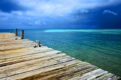 Zuidenwater Caye - Klein tropisch die eiland bij Barri?rerif met paradijsstrand - voor het duiken, het snorkelen en het ontspanne stock foto's