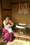 Zuidkoreaanse Vrouwen spinnende stof Royalty-vrije Stock Afbeelding