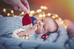 Zuigeling die in kostuum met Kerstmisdecoratie liggen royalty-vrije stock afbeelding