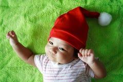 Zuigeling met de hoed van de Kerstman Stock Fotografie