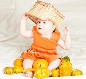 Zuigeling met pompoenen Royalty-vrije Stock Foto's
