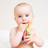 Zuigeling met tandjes krijgenstuk speelgoed Royalty-vrije Stock Foto's