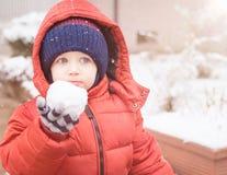 Zuigelingsholding in zijn hand snowbal Royalty-vrije Stock Foto