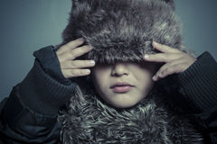 Zuigelingskind met bonthoed en de winterlaag, koude concept en stor Royalty-vrije Stock Foto's