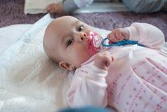 Zuigelingsmeisje in het spel van de moederclub met stuk speelgoed Stock Fotografie