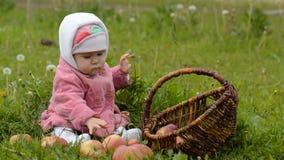 Zuigelingsmeisje met appelen stock footage