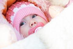 Zuigelingsmeisje op een de wintergang royalty-vrije stock fotografie