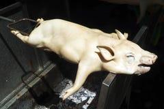 Zuigelingsvarken die spit zijn die in Thailand wordt geroosterd royalty-vrije stock fotografie