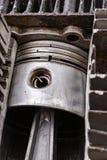 Zuiger van een interne verbrandingsmotor in een cilinder van het besnoeiingsaluminium Interne mening van de interne verbrandingsm royalty-vrije stock afbeeldingen