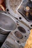 Zuiger van een interne verbrandingsmotor in een cilinder van het besnoeiingsaluminium Interne mening van de interne verbrandingsm stock foto