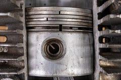 Zuiger van een interne verbrandingsmotor in een cilinder van het besnoeiingsaluminium Interne mening van de interne verbrandingsm stock foto's