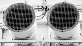 Zuigingspijp voor ventilatieverbinding in een warenhuis, ontwikkeld zwart-wit royalty-vrije stock afbeeldingen