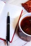 Zuivel boek en pen Stock Afbeelding