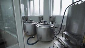Zuivelfabrieksmateriaal Speciale die tanks met melk in gebouw wordt gevestigd stock videobeelden
