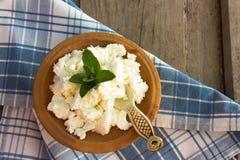 Zuivelproductgestremde melk in bruine ceramische kom Gestremde melk in kleikom Fre Royalty-vrije Stock Fotografie